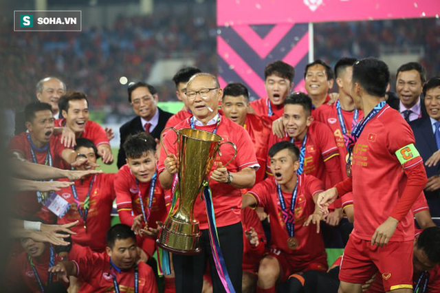 Cận cảnh ĐT Việt Nam nhận cúp vô địch AFF Cup 2018 sau trận chung kết lịch sử - Ảnh 8.