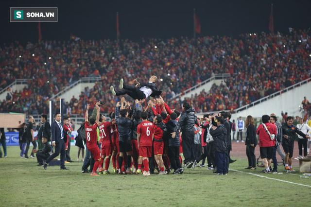Cận cảnh ĐT Việt Nam nhận cúp vô địch AFF Cup 2018 sau trận chung kết lịch sử - Ảnh 9.