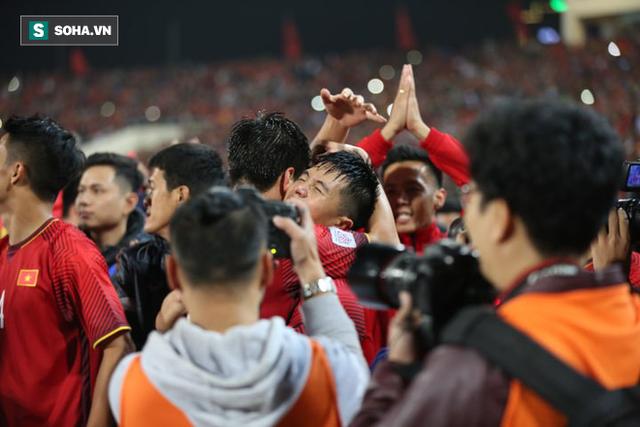 Cận cảnh ĐT Việt Nam nhận cúp vô địch AFF Cup 2018 sau trận chung kết lịch sử - Ảnh 10.