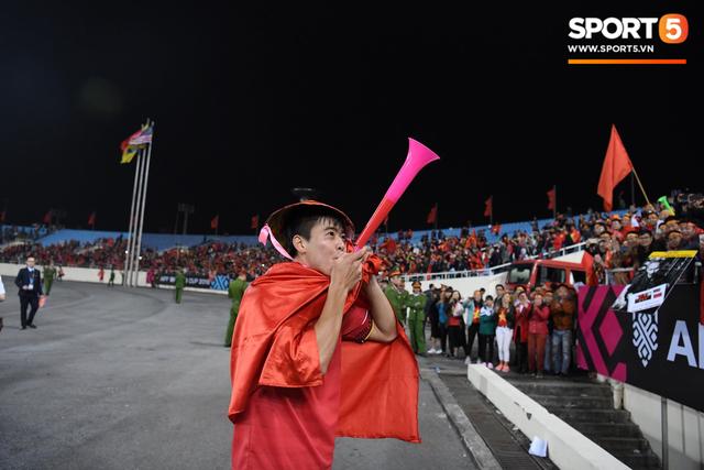 Vô địch AFF Cup, Duy Mạnh không quên tri ân những người hùng thầm lặng tại Mỹ Đình - Ảnh 2.