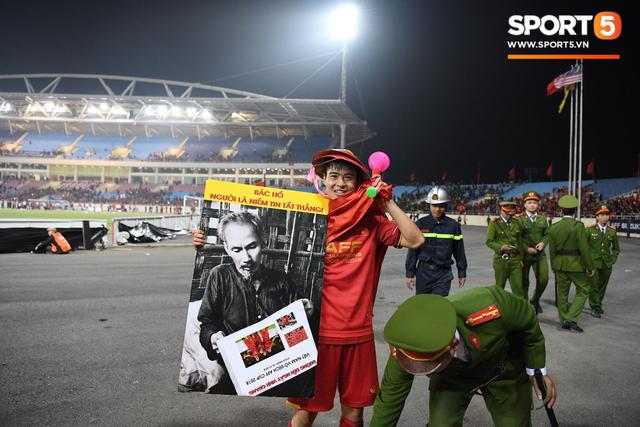 Vô địch AFF Cup, Duy Mạnh không quên tri ân những người hùng thầm lặng tại Mỹ Đình - Ảnh 4.