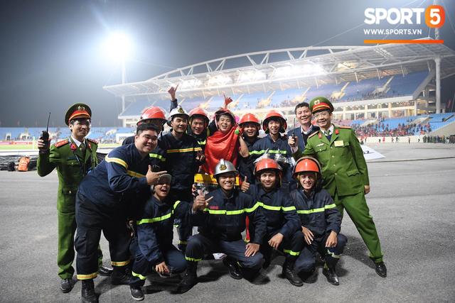 Vô địch AFF Cup, Duy Mạnh không quên tri ân những người hùng thầm lặng tại Mỹ Đình - Ảnh 5.