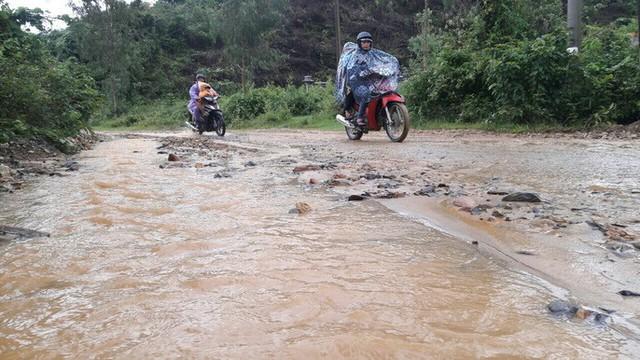 Đà Nẵng: Ám ảnh với 22 km đường ĐT 601 biến thành ao sau mưa lớn - Ảnh 8.