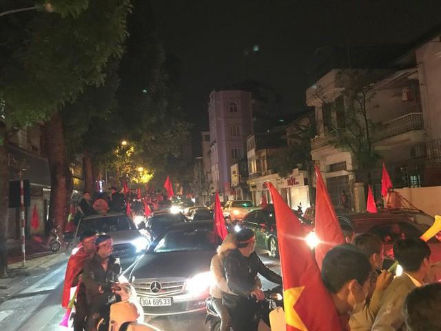 Xem lại màn pháo hoa rực góc trời Hà Nội trong đêm qua - Ảnh 9.