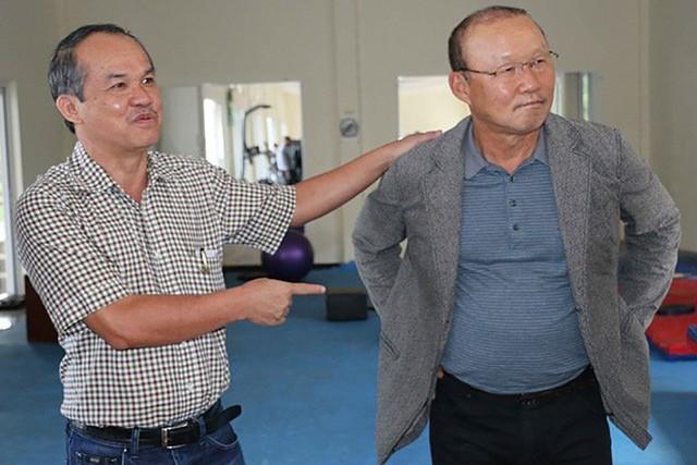 Cái ôm đầy tri kỷ của thầy Park với bầu Đức và những bức ảnh hiếm hoi của hai người góp công lớn vào chiến thắng của ĐT Việt Nam - Ảnh 1.