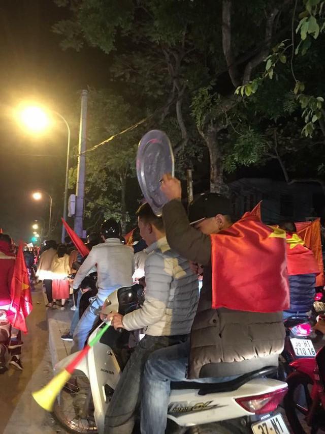 Tuyển tập số phận của xoong nồi, mâm cơm sau khi cùng chủ đi bão mừng Việt Nam vô địch AFF Cup 2018 - Ảnh 2.