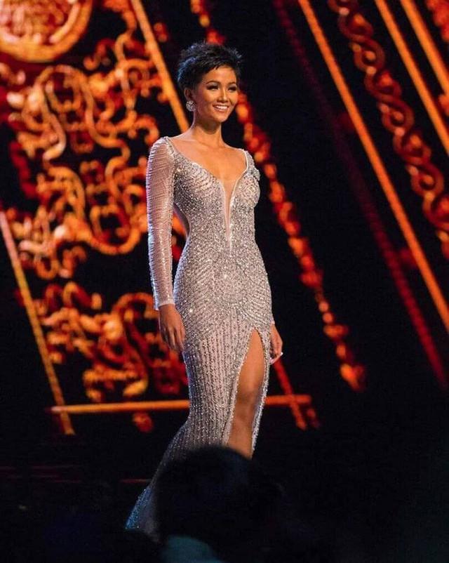 Mẹ nuôi bật khóc, tiết lộ điều đặc biệt về chiếc váy thi CK Hoa hậu Hoàn vũ của HHen Niê - Ảnh 1.