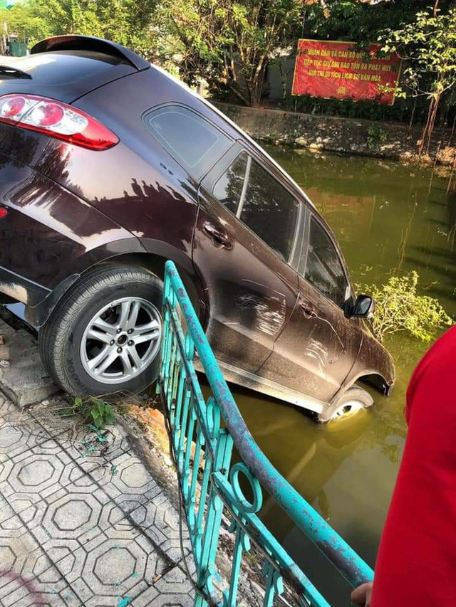 Ô tô phi qua dải phân cách, lao xuống hồ Trúc Bạch, lái xe vẫn đòi nổ máy lùi xe lên - Ảnh 1.