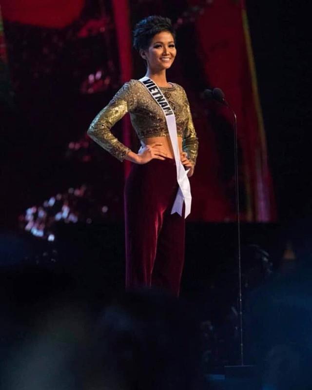 Chung kết Hoa hậu Hoàn vũ 2018: H'Hen Niê vỡ oà khi được gọi tên vào Top 10 - Ảnh 3.