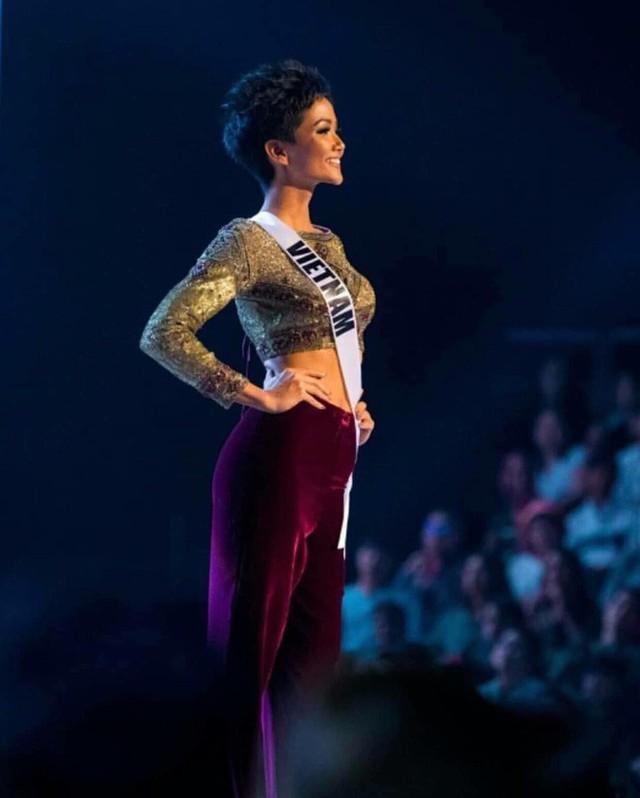 Chung kết Hoa hậu Hoàn vũ 2018: H'Hen Niê vỡ oà khi được gọi tên vào Top 10 - Ảnh 4.
