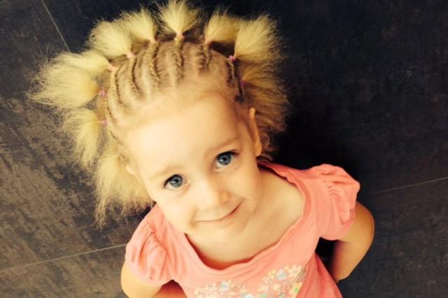 """Kỳ lạ bé gái 8 tuổi thừa hưởng mái tóc """"dựng đứng"""" của nhà bác học thiên tài Albert Einstein - Ảnh 2."""
