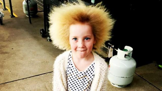 """Kỳ lạ bé gái 8 tuổi thừa hưởng mái tóc """"dựng đứng"""" của nhà bác học thiên tài Albert Einstein - Ảnh 1."""