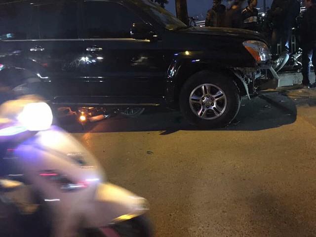 Xe điên Lexus đâm rụng biển số xe CSGT, hàng chục xe máy khác nằm la liệt - Ảnh 1.