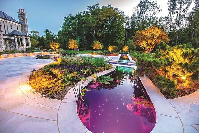 Những khoảng sân vườn đẹp lung linh trong ánh đèn - Ảnh 14.