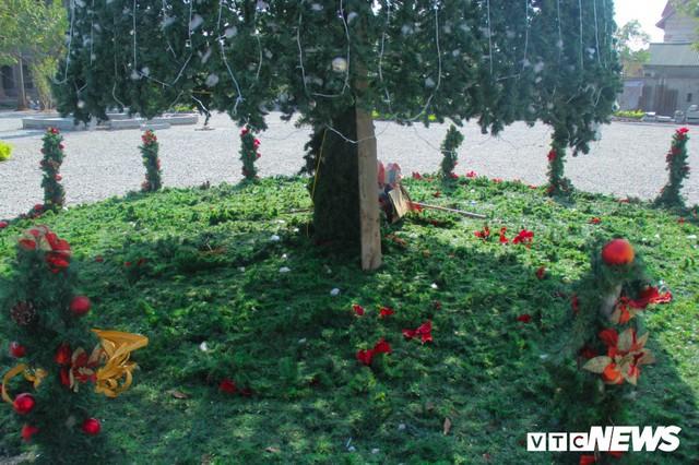 Ảnh: Cây thông Noel khổng lồ cao 12m mừng lễ Giáng sinh ở Hà Nội - Ảnh 5.
