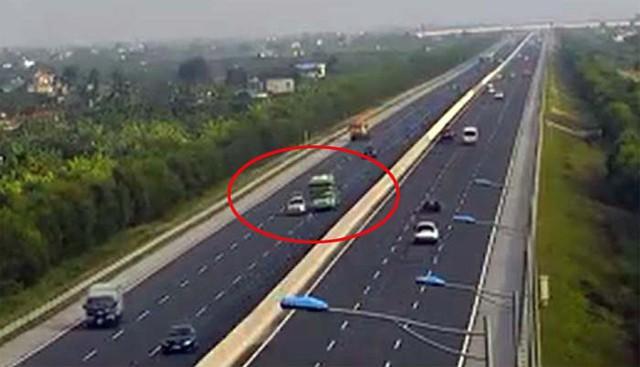 Video: Thót tim xe khách đánh lái, tránh ô tô nổ lốp dừng giữa cao tốc Hà Nội – Hải Phòng - Ảnh 1.