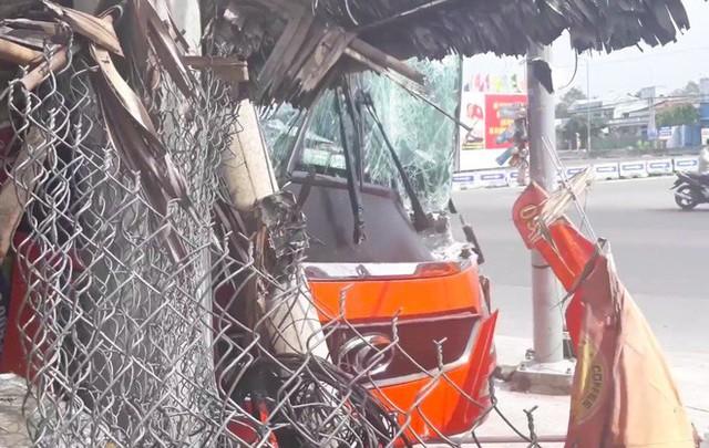 Tai nạn liên hoàn giữa 3 ô tô, xe khách Phương Trang tông gãy cột điện trước cửa quán ăn - Ảnh 1.
