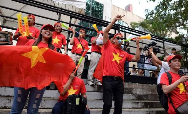 Tuyển thủ Việt Nam đầu tiên phàn nàn về âm thanh khó chịu, nhức óc của kèn vuvuzela - Ảnh 1.