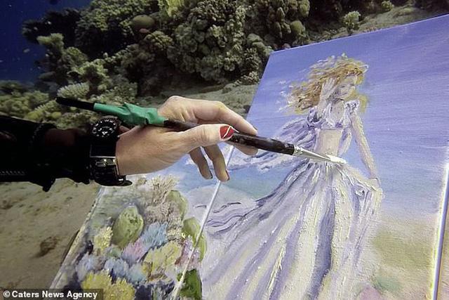Khi nghệ thuật không giới hạn: Những bức tranh sống động tuyệt đẹp được tạo ra dưới đáy đại dương suốt 6 tiếng đồng hồ - Ảnh 2.