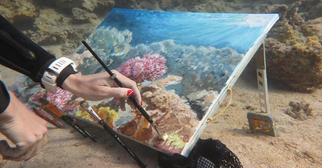 Khi nghệ thuật không giới hạn: Những bức tranh sống động tuyệt đẹp được tạo ra dưới đáy đại dương suốt 6 tiếng đồng hồ - Ảnh 3.