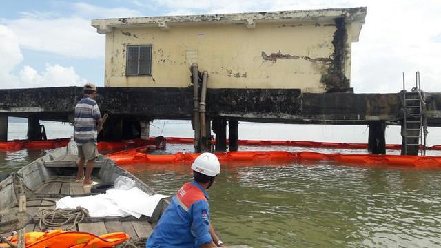 Cận cảnh vụ tàu chở dầu đâm cầu cảng, khiến dầu tràn ra biển - Ảnh 2.