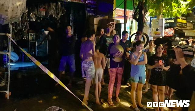 Cảnh sát đục tường, giải cứu hơn 20 người ngủ say trong dãy trọ bốc cháy ở TP.HCM - Ảnh 1.