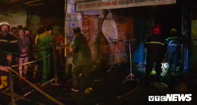 Cảnh sát đục tường, giải cứu hơn 20 người ngủ say trong dãy trọ bốc cháy ở TP.HCM - Ảnh 2.