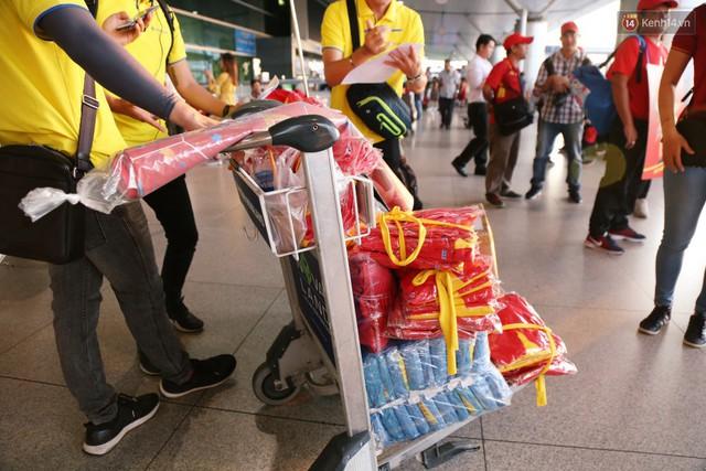 """Dàn hotgirl cùng hàng trăm CĐV Việt """"nhuộm đỏ"""" sân bay trước khi sang Philippines """"tiếp lửa"""" thầy trò HLV Park Hang Seo - Ảnh 1."""