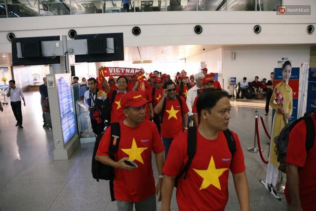 """Dàn hotgirl cùng hàng trăm CĐV Việt """"nhuộm đỏ"""" sân bay trước khi sang Philippines """"tiếp lửa"""" thầy trò HLV Park Hang Seo - Ảnh 2."""
