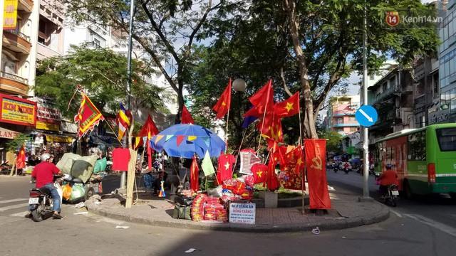 Người dân rộn ràng cờ hoa xuống phố, cháy hết mình cùng đội tuyển Việt Nam trong trận đấu với Philippines - Ảnh 1.