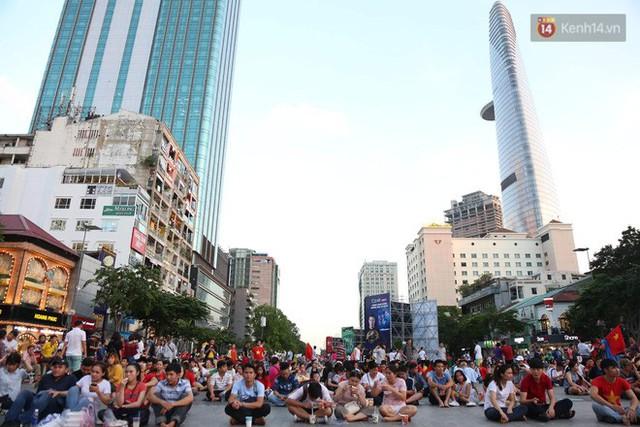 Người dân rộn ràng cờ hoa xuống phố, cháy hết mình cùng đội tuyển Việt Nam trong trận đấu với Philippines - Ảnh 10.
