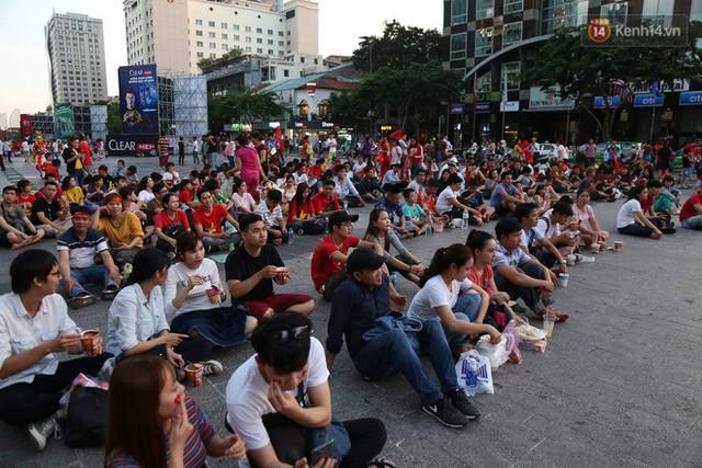 Người dân rộn ràng cờ hoa xuống phố, cháy hết mình cùng đội tuyển Việt Nam trong trận đấu với Philippines - Ảnh 11.