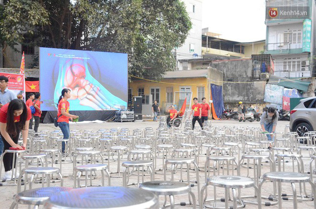 Người dân rộn ràng cờ hoa xuống phố, cháy hết mình cùng đội tuyển Việt Nam trong trận đấu với Philippines - Ảnh 16.
