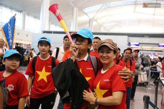 """Dàn hotgirl cùng hàng trăm CĐV Việt """"nhuộm đỏ"""" sân bay trước khi sang Philippines """"tiếp lửa"""" thầy trò HLV Park Hang Seo - Ảnh 11."""