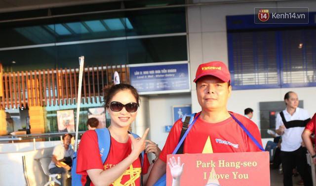"""Dàn hotgirl cùng hàng trăm CĐV Việt """"nhuộm đỏ"""" sân bay trước khi sang Philippines """"tiếp lửa"""" thầy trò HLV Park Hang Seo - Ảnh 13."""