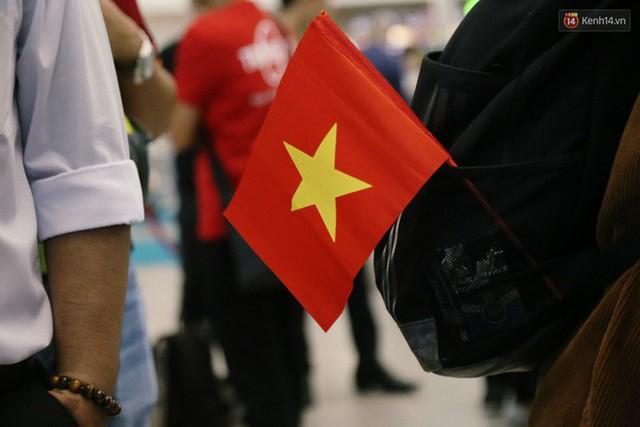 """Dàn hotgirl cùng hàng trăm CĐV Việt """"nhuộm đỏ"""" sân bay trước khi sang Philippines """"tiếp lửa"""" thầy trò HLV Park Hang Seo - Ảnh 15."""