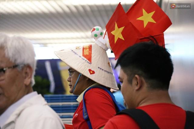 """Dàn hotgirl cùng hàng trăm CĐV Việt """"nhuộm đỏ"""" sân bay trước khi sang Philippines """"tiếp lửa"""" thầy trò HLV Park Hang Seo - Ảnh 16."""