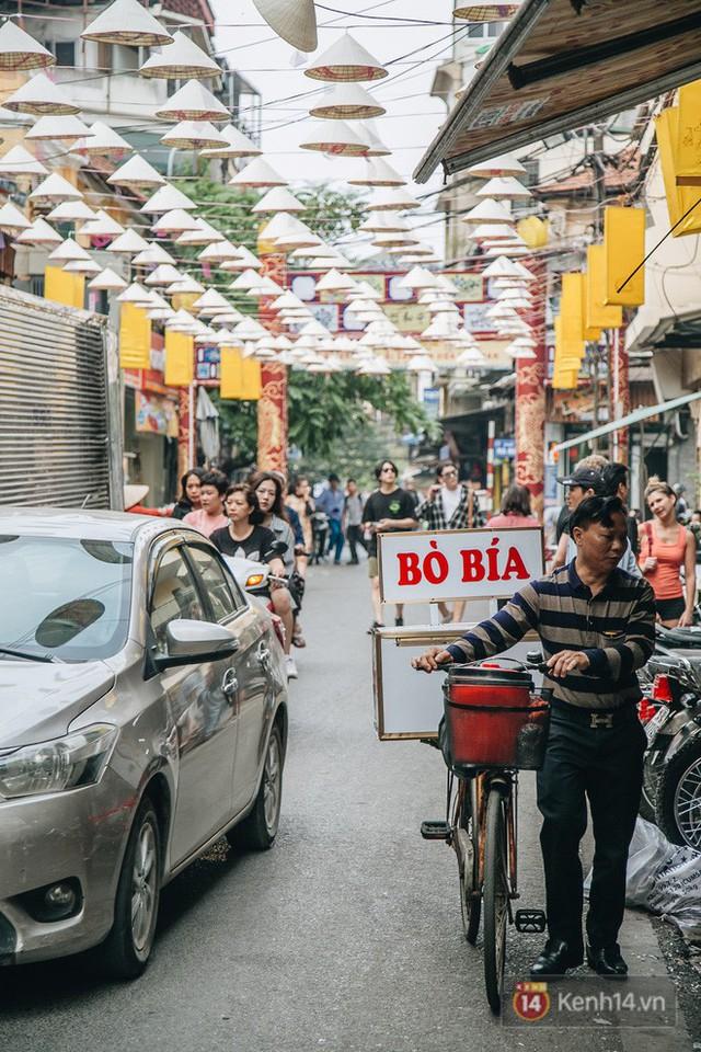 Sau con đường ô lãng mạn, Hà Nội xuất hiện Hội An thu nhỏ với 1.000 chiếc nón lá trên cao - Ảnh 17.