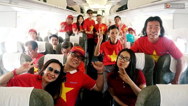 """Dàn hotgirl cùng hàng trăm CĐV Việt """"nhuộm đỏ"""" sân bay trước khi sang Philippines """"tiếp lửa"""" thầy trò HLV Park Hang Seo - Ảnh 17."""