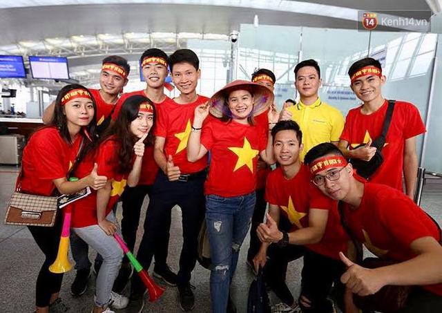 """Dàn hotgirl cùng hàng trăm CĐV Việt """"nhuộm đỏ"""" sân bay trước khi sang Philippines """"tiếp lửa"""" thầy trò HLV Park Hang Seo - Ảnh 19."""