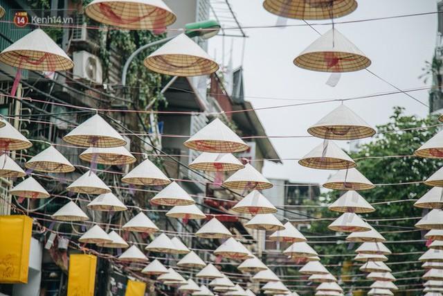 Sau con đường ô lãng mạn, Hà Nội xuất hiện Hội An thu nhỏ với 1.000 chiếc nón lá trên cao - Ảnh 3.