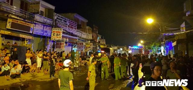 Cảnh sát đục tường, giải cứu hơn 20 người ngủ say trong dãy trọ bốc cháy ở TP.HCM - Ảnh 3.