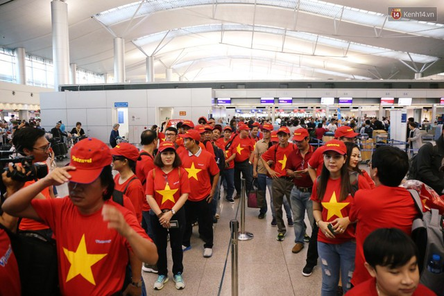 """Dàn hotgirl cùng hàng trăm CĐV Việt """"nhuộm đỏ"""" sân bay trước khi sang Philippines """"tiếp lửa"""" thầy trò HLV Park Hang Seo - Ảnh 3."""