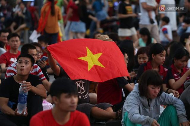Người dân rộn ràng cờ hoa xuống phố, cháy hết mình cùng đội tuyển Việt Nam trong trận đấu với Philippines - Ảnh 12.