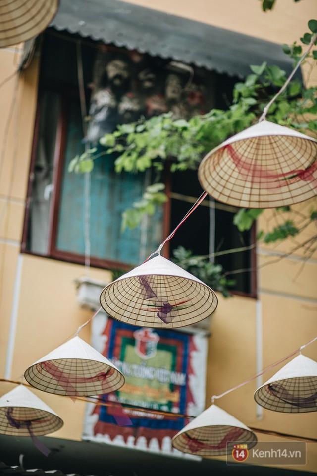 Sau con đường ô lãng mạn, Hà Nội xuất hiện Hội An thu nhỏ với 1.000 chiếc nón lá trên cao - Ảnh 4.