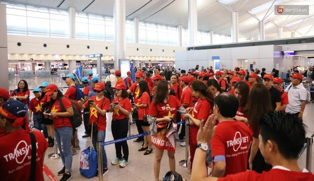 """Dàn hotgirl cùng hàng trăm CĐV Việt """"nhuộm đỏ"""" sân bay trước khi sang Philippines """"tiếp lửa"""" thầy trò HLV Park Hang Seo - Ảnh 4."""
