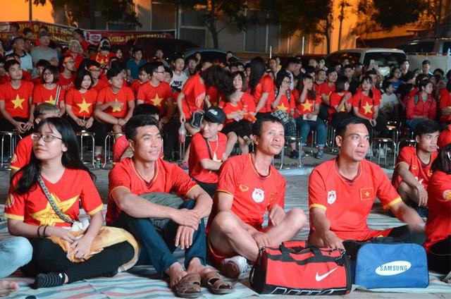 Người dân rộn ràng cờ hoa xuống phố, cháy hết mình cùng đội tuyển Việt Nam trong trận đấu với Philippines - Ảnh 5.