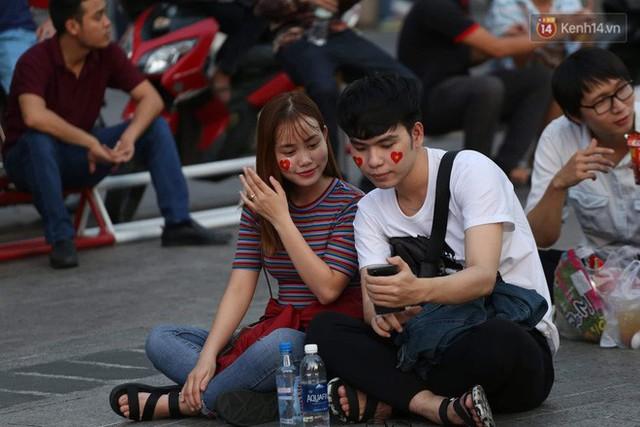Người dân rộn ràng cờ hoa xuống phố, cháy hết mình cùng đội tuyển Việt Nam trong trận đấu với Philippines - Ảnh 13.