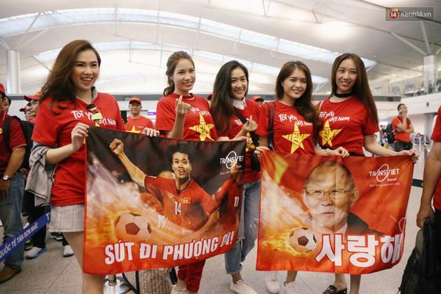 """Dàn hotgirl cùng hàng trăm CĐV Việt """"nhuộm đỏ"""" sân bay trước khi sang Philippines """"tiếp lửa"""" thầy trò HLV Park Hang Seo - Ảnh 5."""