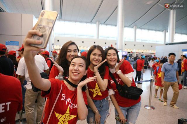 """Dàn hotgirl cùng hàng trăm CĐV Việt """"nhuộm đỏ"""" sân bay trước khi sang Philippines """"tiếp lửa"""" thầy trò HLV Park Hang Seo - Ảnh 6."""